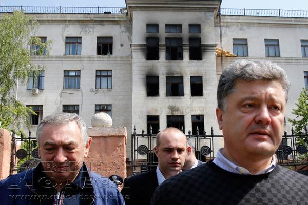 Эдуард Гурвиц и Петр Вальцман (Порошенко) с тыльной стороны Одесского Дома Профсоюзов - Одесский Политикум