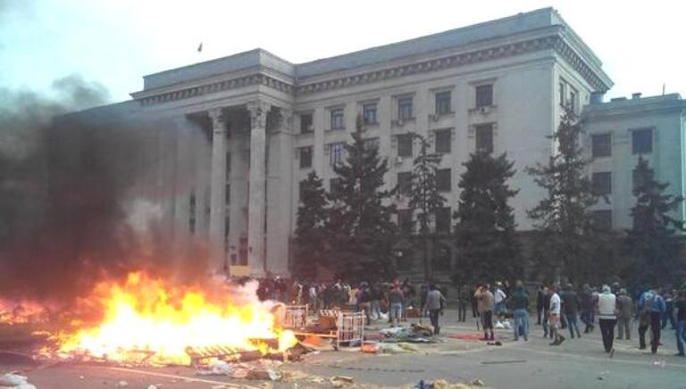 Одесса. Дом профсоюзов. Сначала поджог палаток на площади и организация значительного по площади открытого пламени на фоне здания - Одесский Политикум