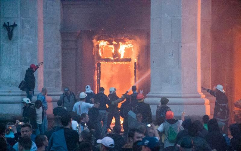 Одесса. Дом профсоюзов. Пожарные прибыли, когда уже сгорели даже массивные входные двери - Одесский Политикум