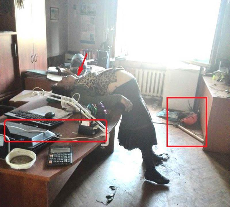 Одесса. Дом профсоюзов. Самая страшная картина. Скорее всего беременная сотрудница. Есть такие, кто убирают в кабинетах и поливают цветы в дни, когда учреждения не работают. Её задушили электропроводом. Она пыталась сопротивляться - на полу сброшенный цветок... - Одесский Политикум