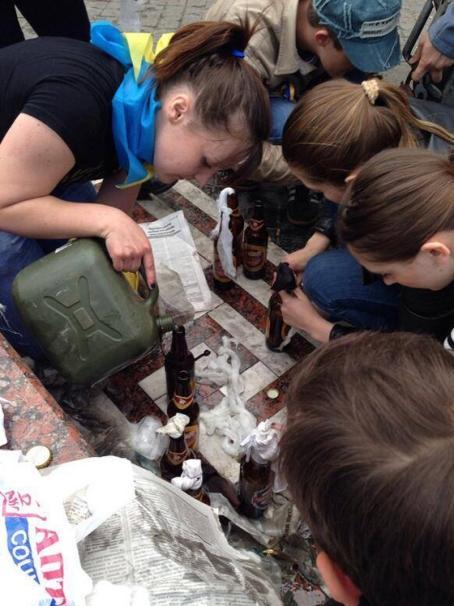 В Одессе активистки евромайдана изготавливают коктейли Молотова, которыми забросали палаточный городок сторонников федерализации и Дом профсоюзов - Одесский Политикум